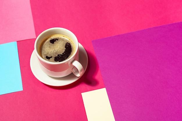 カラフルな背景でコーヒーカップ