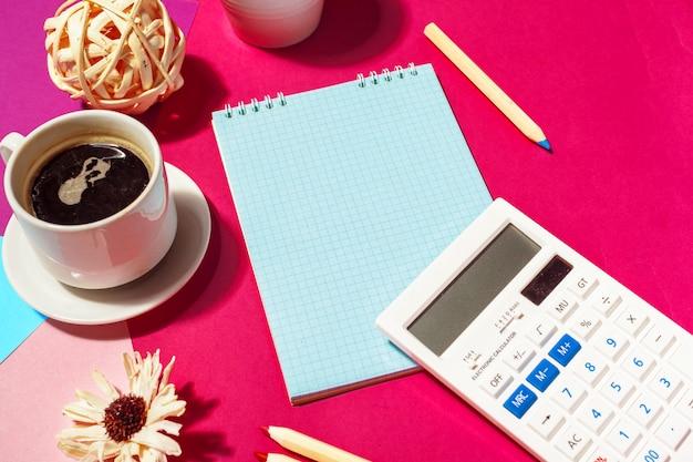 空白のメモ帳とコーヒーカップ