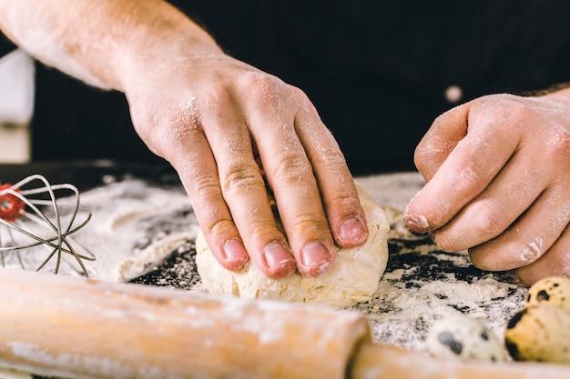 Руки замешивают тесто