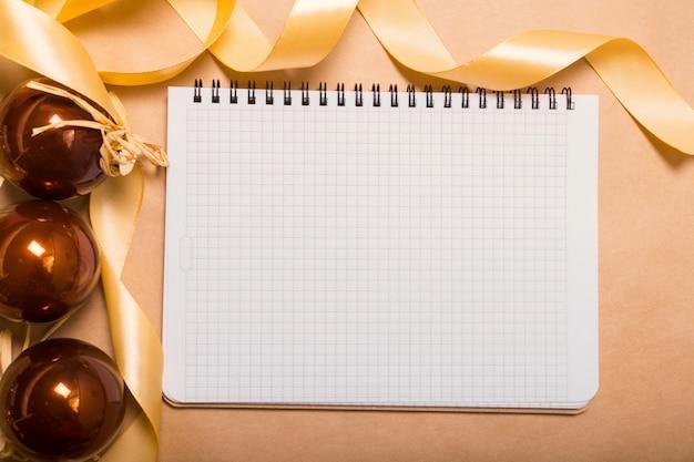 クリスマスの飾りトップビューで空白のノートブック