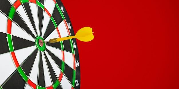 Дартс стрелы в центре цели