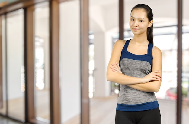 Молодая женщина фитнеса смешанной гонки