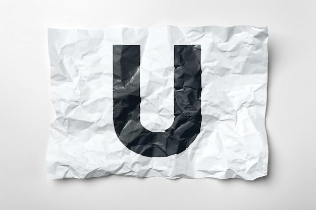 Гранж морщинистые бумажные буквы на белом фоне