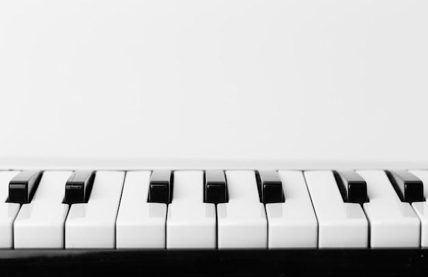Крупный план фортепианной клавиатуры