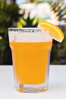 泡のない軽いろ過されていないビール