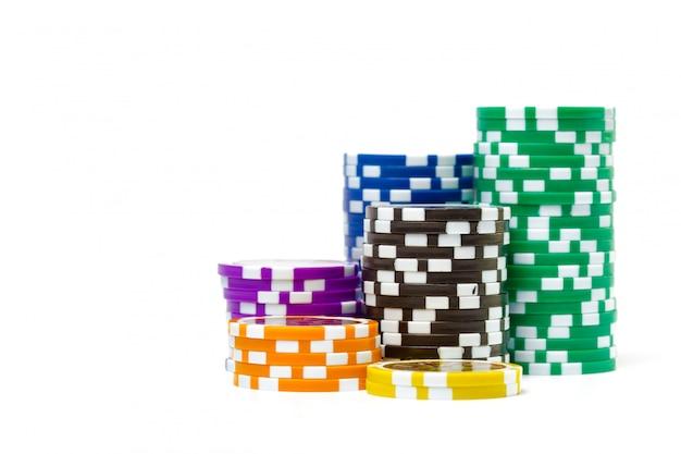 白い背景で隔離のポーカーチップのスタック