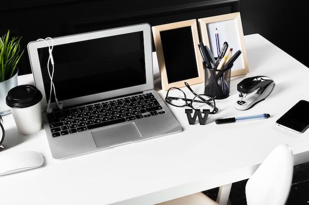 Офисный кожаный рабочий стол с компьютером, принадлежности