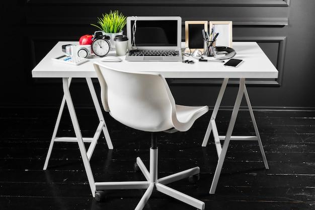 オフィス革デスクテーブル、コンピューター、用品