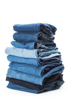 Стек одежды на белом фоне, крупным планом