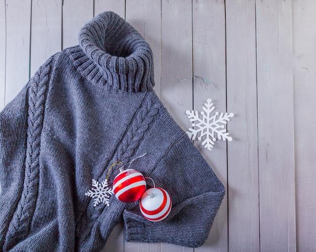 木製の背景にセーター