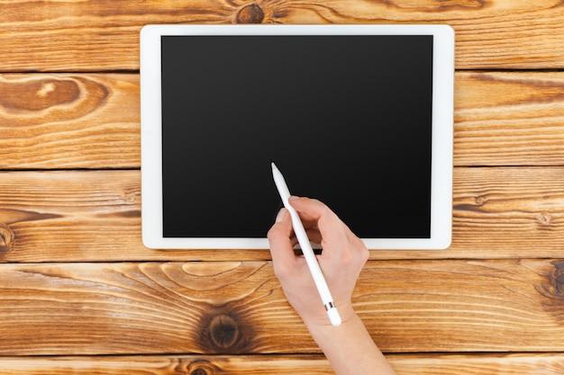 デジタルタブレットを使用して女性