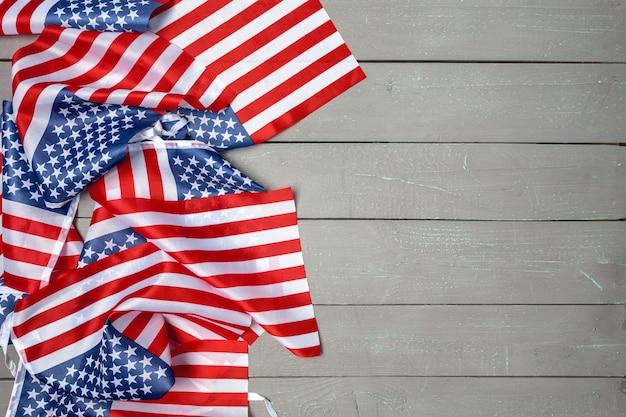 Американский флаг на деревянном полу