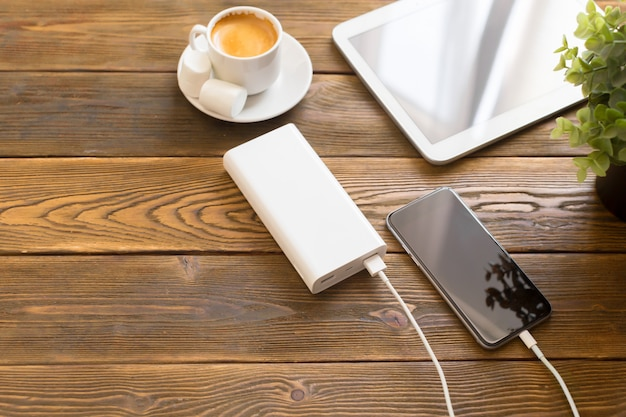 スマートフォンを充電するパワーバンク