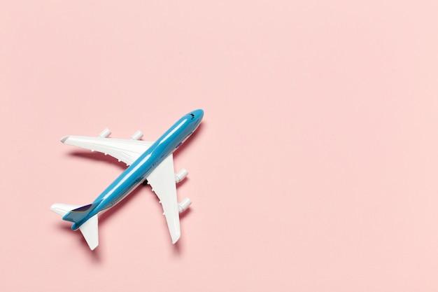 色の背景上の飛行機