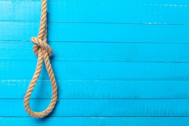木製の背景に船のロープ