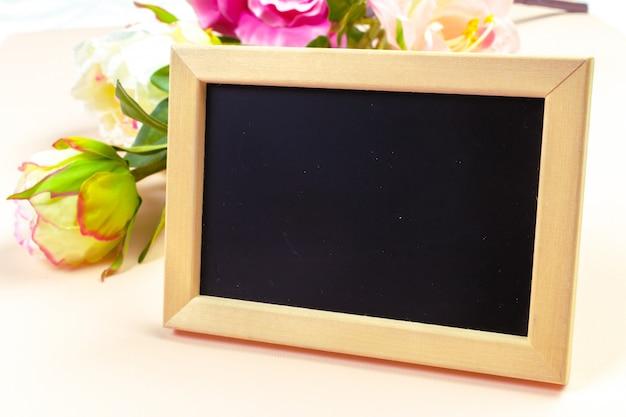 小さな木製フレームの空の黒板