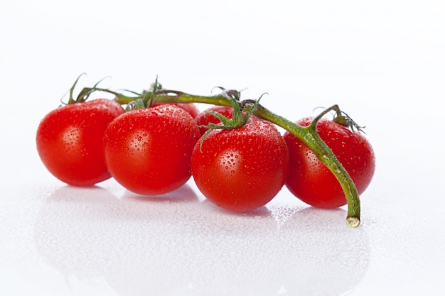 新鮮なトマト、白で隔離