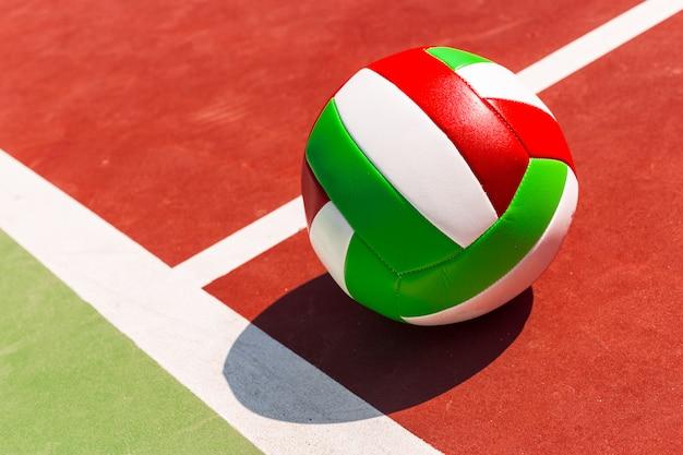 床にバレーボールボール