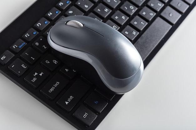 Клавиатура и мышь на столе.