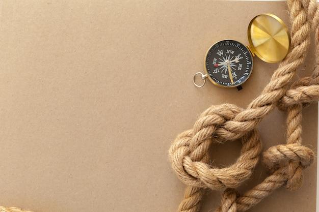 船のロープとコンパス