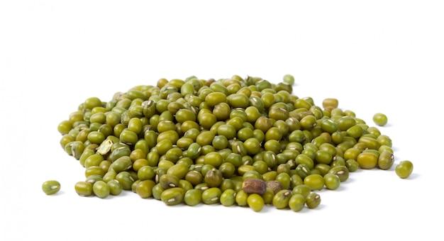 白い背景で隔離緑豆