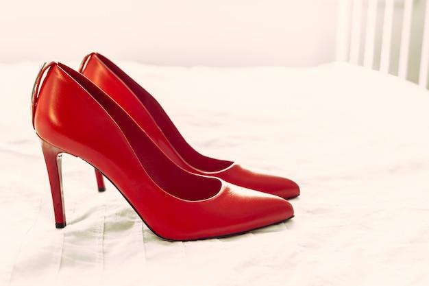 Красная женская обувь в комнате