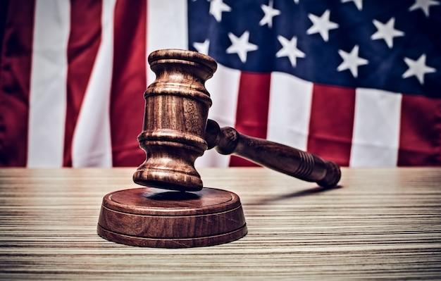 Молоток судьи и фон с флагом сша