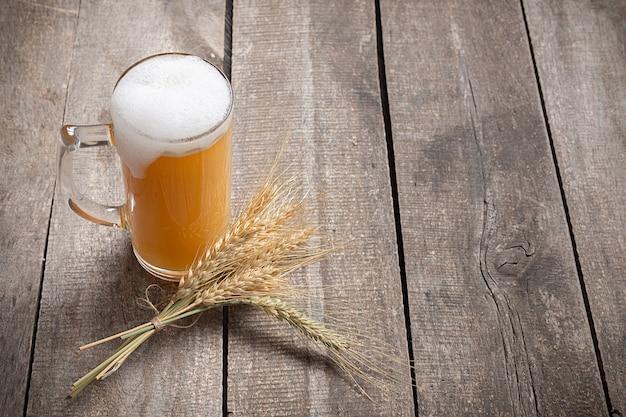 木製の背景にガラスビール