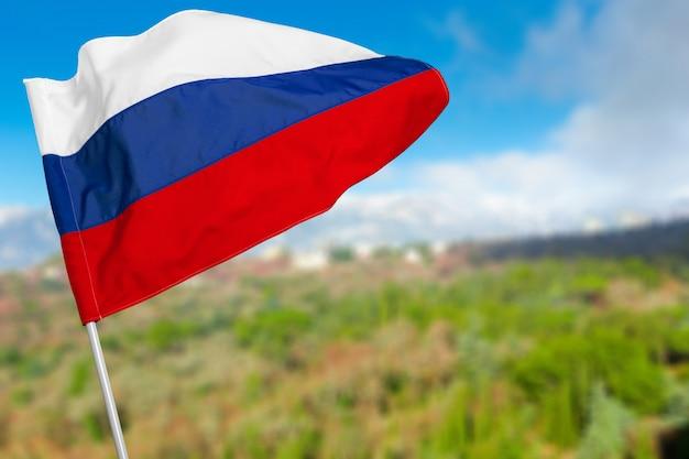 青い空を背景にロシア国旗