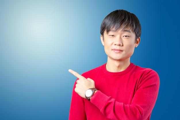 彼の指で指している若いアジア人の肖像画