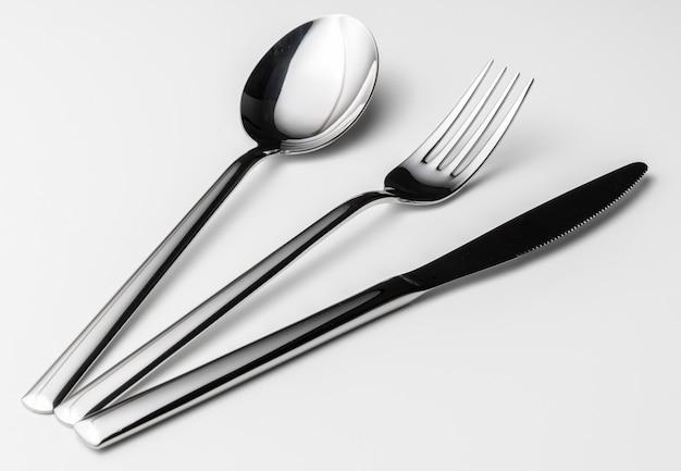 スプーン、フォーク、ナイフ、白い背景に