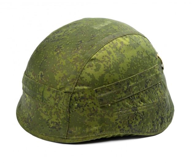 Камуфляжный военный шлем на белом фоне