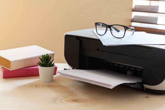 プリンターを搭載したオフィスのテーブルのクローズアップ
