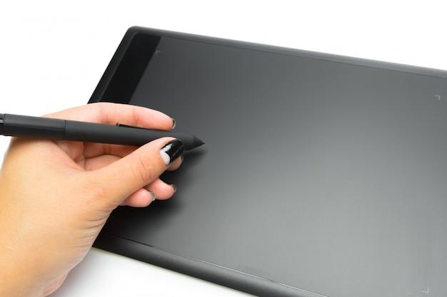 ペンとイラストレーターやデザイナー、白い背景で隔離の手でグラフィックタブレット