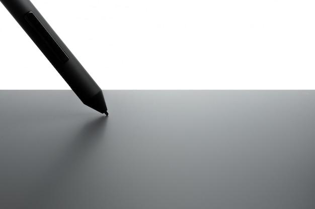 イラストレーターやデザイナー、白い背景で隔離のペンでグラフィックタブレット