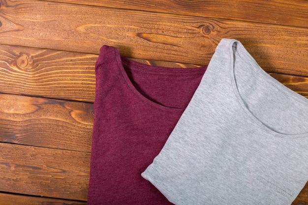 Красочные рубашки на столе