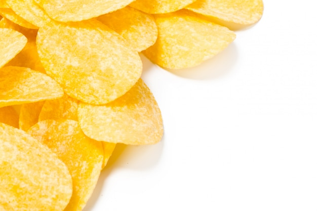 Желтые картофельные чипсы, изолированные на белом