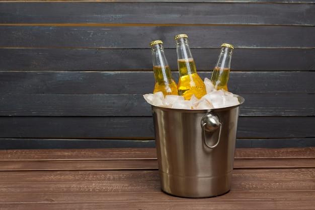 木製のテーブルにビールのバケツ