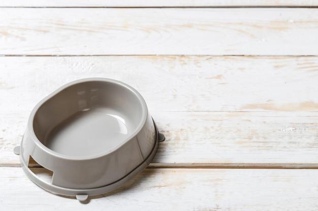 Чаша для домашних животных на сером деревянном столе