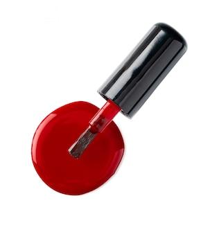 Закройте лак для ногтей на белой поверхности