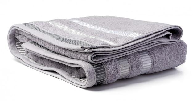 白い表面に分離された柔らかい折られたタオル