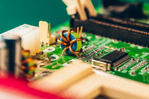 プロセッサを搭載したコンピューターの電子回路基板をクローズアップ