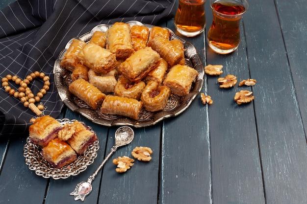 Штабелированный десерт турецкой пахлавы в тарелке крупным планом