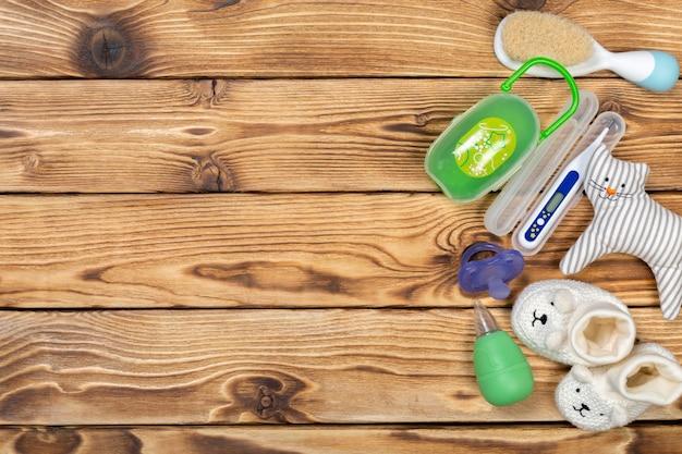 テーブルの上の赤ちゃんのアクセサリー