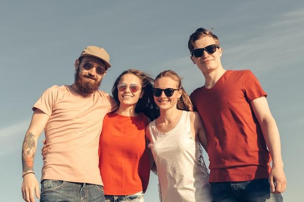 Группа молодых людей наслаждается летней вечеринкой на пляже