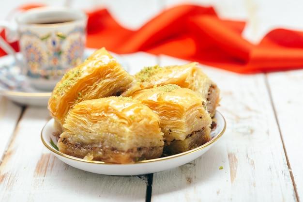 Традиционные восточные десерты на деревянном столе