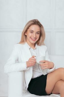 Портрет красивой молодой женщины, работающие в офисе.