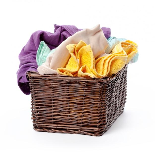 Одежда в корзине для белья деревянная изолирована