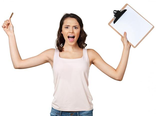 Счастливая усмехаясь молодая красивая женщина с доской сзажимом для бумаги