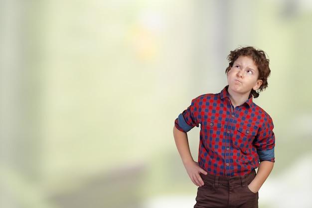 Милый мальчик мышления